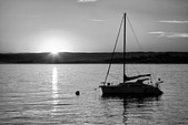 Sunrise and sailboat. Monterey Bay, Caliifornia - Stock Image - CXEEBM