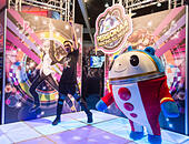 Los Angeles, USA. 16th June, 2015. A visitor tries a new game during the Electronic and Entertainment Expo (E3) at the Convention Center in Los Angeles, the United States, on June 16, 2015. © Zhao Hanrong/Xinhua/Alamy Live News - Stock Image - EW1FEB