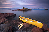 Canoe by granite islands of Georgian Bay, Killarney Provincial Park, Ontario - Stock Image - CFCAP5