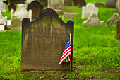 American flag in front of tombstone - Stock Image - BNWX2B
