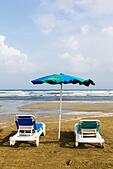 Sunbeds on the beach at Larnaca, Cyprus. - Stock Image - ECYKMM