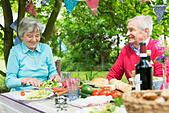 Senior couple eating lunch al fresco - Stock Image - EA09MF
