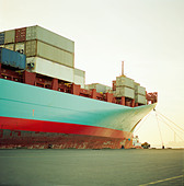 A container ship waiting at the quayside fully loaded - Stock Image - C0D62N