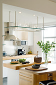 Open plan London apartment with structural concrete pillars furnished with contemporary pieces - Stock Image - C233WW