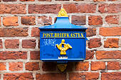 Postbox on a wall, Bottcherstrasse, Bremen, Germany - Stock Image - E6RARW