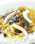 Tagliatelle all'amalfitana (Pasta with mozzarella & capers) - Stock Image - B45H2F