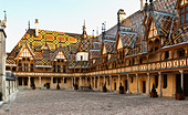 hospices de beaune, hotel dieu court yard beaune cote de beaune burgundy france - Stock Image - C0TDKC
