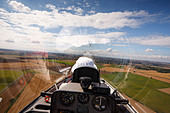 Veiw from the rear seat of a Schempp-Hirth Duo Discus glider on aerotow. - Stock Image - CWGNKN
