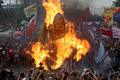 Quezon City, Philippines. 27th July, 2015. Activists burn an effigy of Philippine President Benigno Aquino III during a protest rally in Quezon City, the Philippines, July 27, 2015. Protesters held a rally to show their dismay on various policies of the government while President Benigno Aquino III delivering his State of the Nation Address at the Philippine House of Representatives. © Rouelle Umali/Xinhua/Alamy Live News - Stock Image - EYCJD0