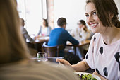 Women eating lunch at bistro - Stock Image - E3R5M0