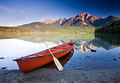 Red canoe at dawn on Pyramid Lake, Jasper National Park, Alberta, Canada. - Stock Image - C4N8WF