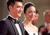 """Venice, Lido of Venice. 6th Sep, 2014. Actress Tang Wei (R) and actor Feng Shaofeng pose on the red carpet for the awards ceremony at the 71st Venice Film Festival, in Lido of Venice, Italy on Sept. 6, 2014. """"The Golden Era"""" directed by Ann Hui was screened as the closing film for the festival. © Liu Lihang/Xinhua/Alamy Live News - Stock Image - E74JWR"""