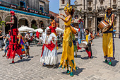 Street Entertainers Dancing On Stilts, Old Havana, Havana, Cuba - Stock Image - DN42G8