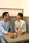 young couple talking in cafe - Stock Image - A3KYRF