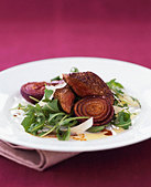 Fried beef fillet with red onions, rocket and Parmesan - Stock Image - BD5A88