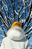 Person wearing bonnet and winter coat, rear view - Stock Image - A7T60R