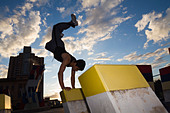 A teenager practises the urban sport of parkour (free running) in Adelaide, South Australia, AUSTRALIA. - Stock Image - BNTFCP