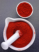 CHILLI POWDER IN PESTLE AND MORTAR - Stock Image - AJ94MM