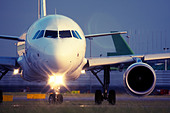 Commercial airliner - Stock Image - CC66GN