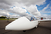 Schempp-Hirth Duo Discus glider awaiting launch on the runway. - Stock Image - CWGNK3