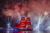 St. Petersburg, Russia. 21st June, 2015. Sweden's vessel Tre Kronor (Three Crowns) Stockholm sailing on the Neva River during the 2015 Scarlet Sails festival, an annual school graduation celebration. © Ruslan Shamukov/TASS/Alamy Live News - Stock Image - EWA8NR