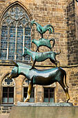 """Musicians of Bremen"" bronze sculpture, Rathaus, Bremen - Stock Image - E744M0"