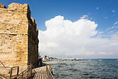 Larnaca Fort walls and Promenade beach. - Stock Image - E9YYRM