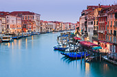 Sunrise in Venice from the Rialto Bridge with the view on the Grand Canal - Stock Image - CB67XM