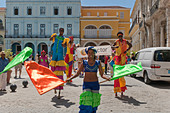 Street Artists on stilts in Plaza Vieja, Habana Vieja, Havana, Cuba - Stock Image - DWWKYE