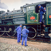 Engineers with historic steam locomotive 'Pacific PLM 231 K 8' of 'Paimpol-Pontrieux' train Brittany France - Stock Image - D5RANN
