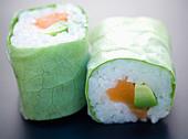 Salmon and avocado lettuce makis - Stock Image - C8ATEM