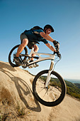 USA,California,Laguna Beach,Mountain biker riding downhill - Stock Image - C4WRE9
