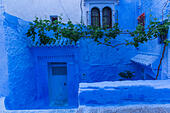 Morocco,Chefchaouen, architecture of indigo limewashed buildings - Stock Image - H81EJ7