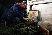 Moscow, Russia. 25th Dec, 2016. Flowers in memory of the victims of a Russian Defense Ministry plane crash outside the offices of Spravedlivaya Pomoshch Fund [Just Aid Foundation] headed by Yelizaveta Glinka (a.k.a. Doctor Liza). A Tupolev Tu-154 plane of the Russian Defense Ministry with 92 people on board crashed into the Black Sea near the city of Sochi on December 25, 2016. The plane was carrying members of the Alexandrov Ensemble, Russian servicemen and journalists to Russia's Hmeymim air base in Syria. Fragments of the plane were found about 1.5km from Sochi coastline. Yelizaveta Gli - Stock Image - HF0817