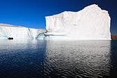 Cruising between the icebergs at Røde Ø, Scoresbysund, Greenland - Stock Image - CBY344