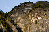 Paro Taktsang Goemba, monastery, know as the  Tigers Nest is perched precariously half way up a mountain side cliff. - Stock Image - BCN79T