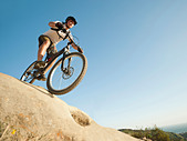 USA,California,Laguna Beach,Mountain biker riding downhill - Stock Image - C4WREF