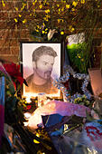 Goring, UK. 26th Dec, 21016.  Flowers, candles and words of sympathy were left outside George Michael's home in Goring. George Michael passed away yesterday.© Pete Lusabia/Alamy Live News - Stock Image - HF0C97