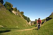 Doug Blane mountain biking Cavedale Castleton in the Peak District National Park Derbyshire UK England GB Great Britain - Stock Image - B5640N