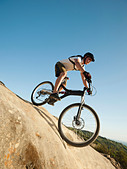 USA,California,Laguna Beach,Mountain biker riding downhill - Stock Image - C4WREA