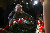 Moscow, Russia. 25th December, 2016. People lay flowers at the Alexandrov Hall, a rehearsal room of the Alexandrov Ensemble, as they pay tribute to the victims of a Russian Defense Ministry plane crash. A Tupolev Tu-154 plane of the Russian Defense Ministry with 92 people on board crashed into the Black Sea near the city of Sochi on December 25, 2016. The plane was carrying members of the Alexandrov Ensemble, Russian servicemen and journalists to Russia's Hmeymim air base in Syria. Fragments of the plane were found about 1.5km from Sochi coastline. © Victor Vytolskiy/Alamy Live News - Stock Image - HF0962
