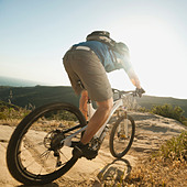 USA,California,Laguna Beach,Mountain biker riding downhill - Stock Image - C4WREC