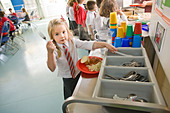 School dinner at primary school uk - Stock Image - BE5FYJ