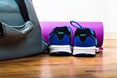Sport bag on the wooden floor - Stock Image - HDXTNC