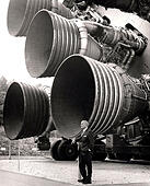 Von Braun with the F-1 engines of the Saturn V first stage at the U.S. Space and Rocket Centre. Dr. von Braun. Wernher Magnus Maximilian Freiherr von Braun, Dr. Wernher von Braun, German, later American, aerospace engineer and space architect credited with inventing the V-2 rocket for Nazi Germany and the Saturn V for the United States - Stock Image - KKA81D