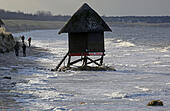 Graal-Mueritz, Germany. 05th Jan, 2017. Workers look at a severely damaged lifeguard's tower on the Baltic coast on the peninsula of Fishland near Graal-Mueritz, Germany, 05 January 2017. The most severe storm tides since 2006 resulted in flooding and damages across northeastern Germany. Photo: Bernd Wüstneck/dpa-Zentralbild/dpa/Alamy Live News - Stock Image - HG6FFR
