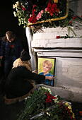 Moscow, Russia. 25th Dec, 2016. Flowers in memory of the victims of a Russian Defense Ministry plane crash outside the offices of Spravedlivaya Pomoshch Fund [Just Aid Foundation] headed by Yelizaveta Glinka (a.k.a. Doctor Liza). A Tupolev Tu-154 plane of the Russian Defense Ministry with 92 people on board crashed into the Black Sea near the city of Sochi on December 25, 2016. The plane was carrying members of the Alexandrov Ensemble, Russian servicemen and journalists to Russia's Hmeymim air base in Syria. Fragments of the plane were found about 1.5km from Sochi coastline. Yelizaveta Gli - Stock Image - HF080B