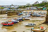 Boats in the picturesque harbour of Newquay in Cornwall, UK - Stock Image - HEYKJ5