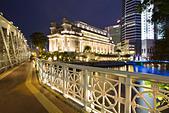 Cavenagh bridge, Fullerton Hotel, Skyline of Singapur, South East Asia, twilight - Stock Image - CMYT2R