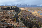 The Almannagjá rift between the American and Eurasian tectonic plates at Þingvellir, Iceland. - Stock Image - E0RPDY